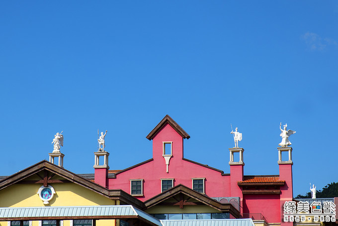 依山傍水而筑,华美典雅的欧式建筑风格,让人沉醉于浓郁的巴伐利亚风情