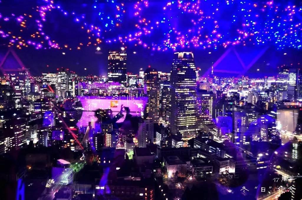 因为12月是圣诞月,所以东京铁塔与往常并不相同