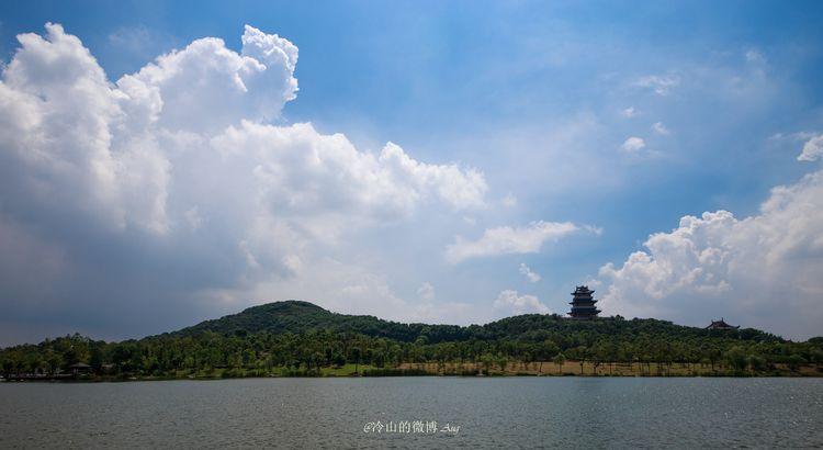 凤凰湖的入口处,是一只金色的凤凰雕塑,在蓝天之下,似涅磐重生,又似