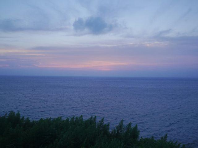 白天的灯塔印着蓝天白云甚是美丽!云淡风轻,继续前往仙人桥.