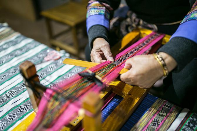 刺绣各种花鸟和几何纹样,甚至有人物,形成一种美丽的图案花纹.