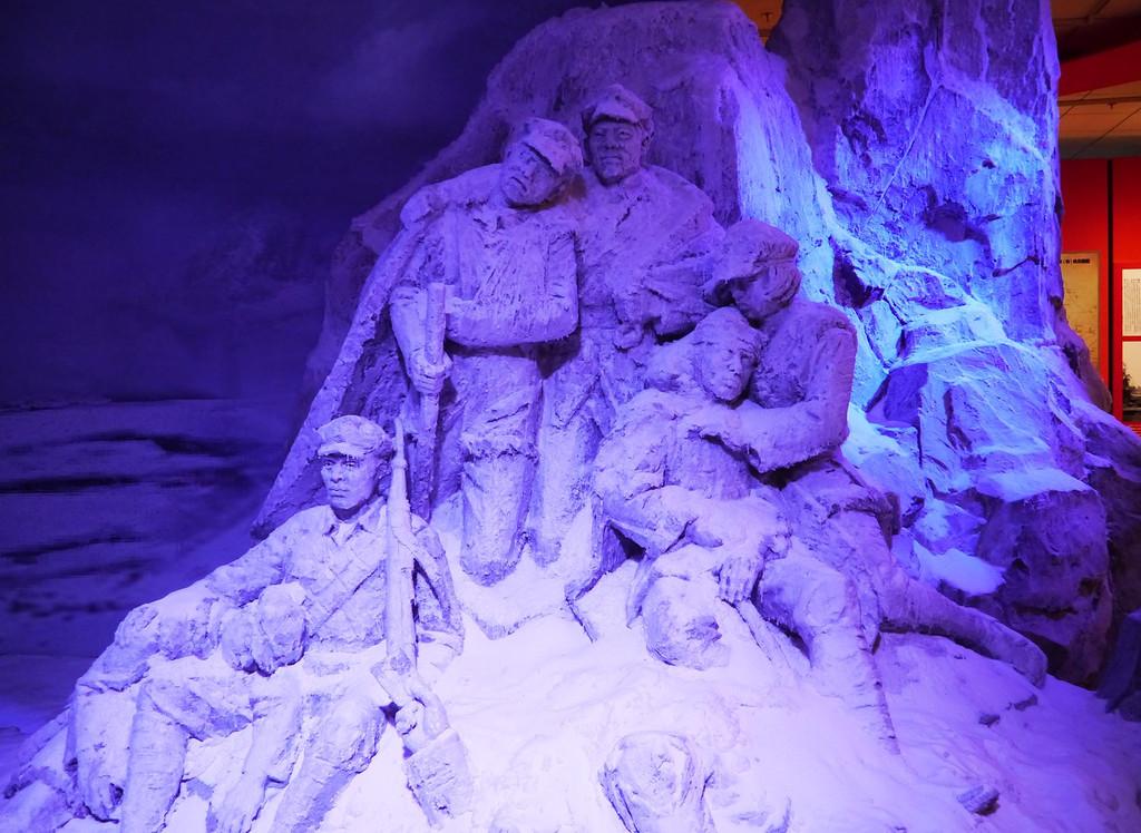 红军过雪山雕塑.
