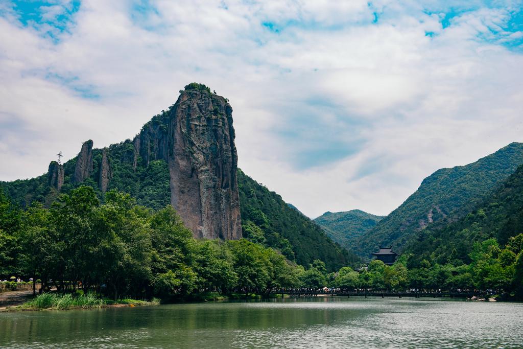 ▼鼎湖峰乃仙都风景区的精华所在,高耸入云.