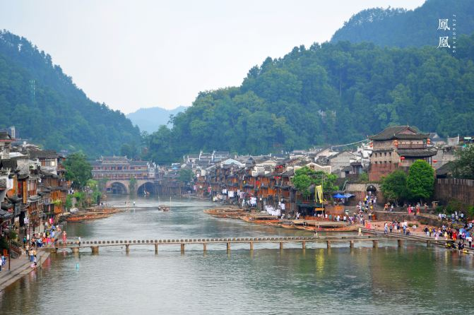 登上云桥,远看整个沱江和凤凰古镇,很美,最远处是虹桥.