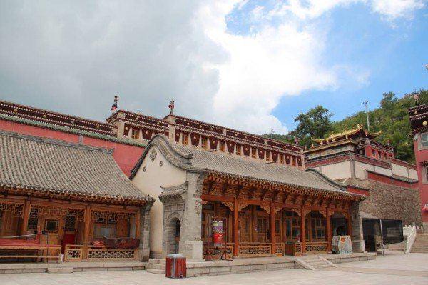 塔尔寺 塔尔寺,又名塔儿寺。藏传佛教格鲁派(黄教)六大寺院之一,是藏传佛教格鲁派(善规派)创始人宗喀巴大师诞生地。明嘉靖三十九年(公元1560年),三世达赖喇嘛索南嘉措来青海,驻锡塔尔寺,嘱咐仁庆宗哲坚赞在大师纪念塔右侧修建了一座弥勒佛殿,佛殿建成后寺内一切佛事活动在此殿进行,称寺名衮本贤巴林(意为十万狮子吼佛像弥勒洲)。因先有塔而后有寺,故汉语名称为塔尔寺。塔尔寺有悠久的历史、别具一格的汉藏风格混合建筑、繁复奇特的堆绣、精巧细腻的壁画、宿负盛名的酥油花,生动逼真的佛像、富丽堂皇的器物,定会令你大开眼界。
