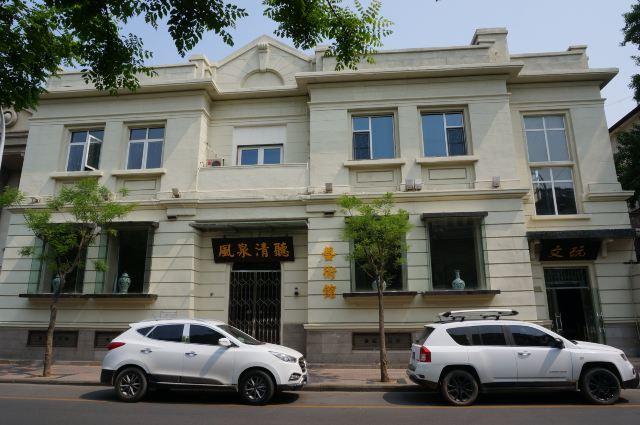 瓷房子位于赤峰道72号,它的前身是历经百年的法式老洋楼,它的今生是极尽奢华的瓷美楼奇。它是一幢举世无双的建筑,又是一座价值连城的中国古瓷博物馆。 瓷房子的主人,张连志,1957年出生,籍贯天津。他既是商人,也是收藏家、艺术家,因粤唯鲜酒楼而驰誉商界,因文物收藏而海内外知名。2002年9月,张连志斥资3000万元将这座百年小洋楼买下,决定将它改建成一座瓷楼,弘扬中华民族的瓷文化,建一座瓷文化的纪念碑。 最初,张连志只是想着把屋檐贴上瓷片就够了。2005年,张连志出席亚欧财长会议的时候,到华蕴博物馆吃饭