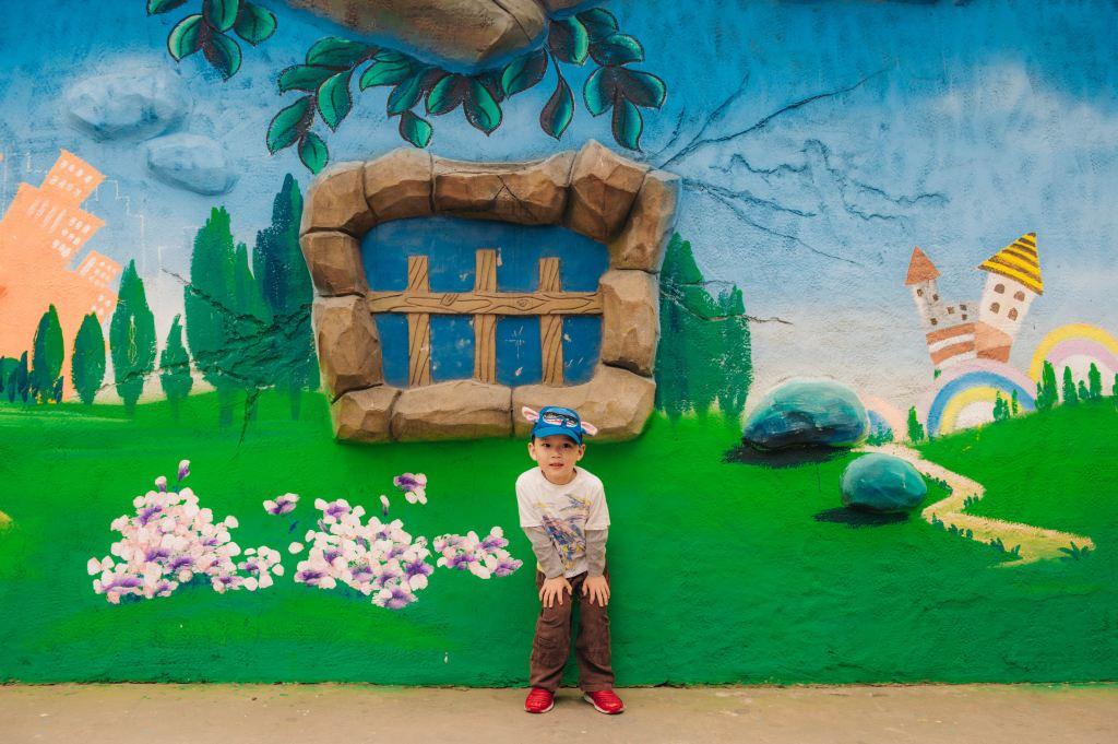 进门就是一整排的儿童涂鸦墙,小朋友排队拍照的样子也是搞笑
