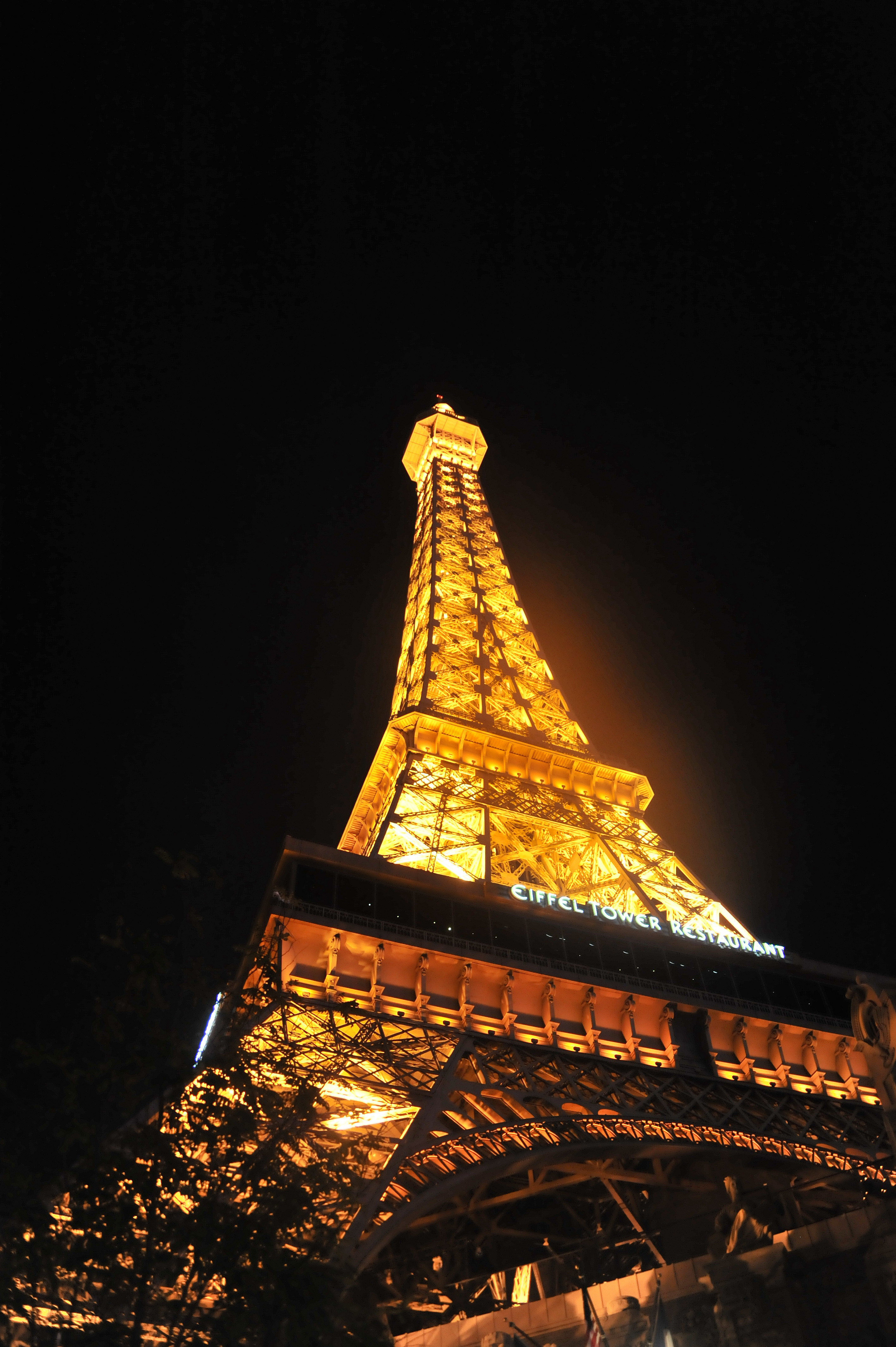 巴黎铁塔,铁塔下的咖啡屋……
