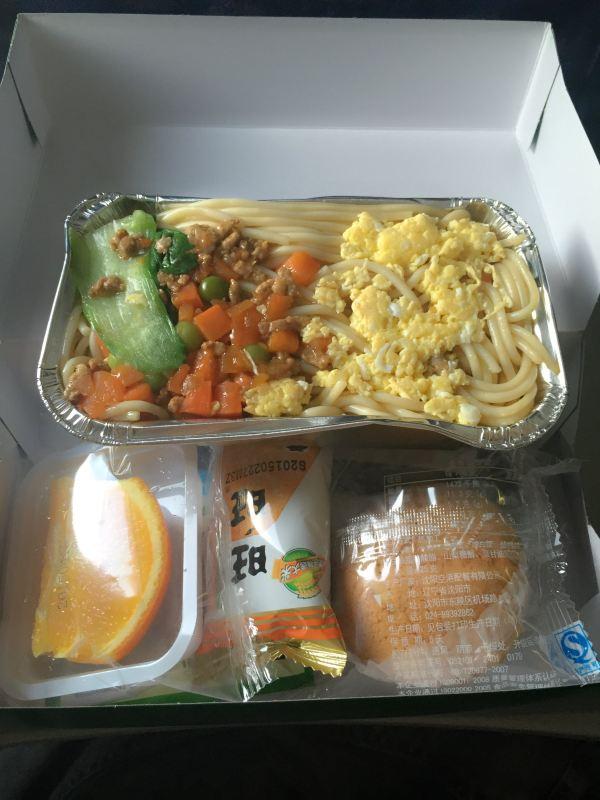 飞机上的餐食,怎么样,还算不错吧,总体感觉四川航空还是不错的 !