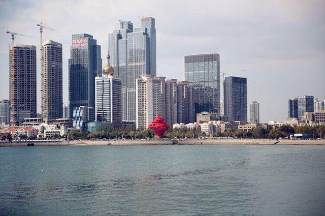 站在这里遥望对岸,五四广场的标志性红色雕塑显得格外引人注目.