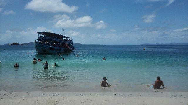 象岛上最著名的沙滩,商业开发得也最为完善~沿着沙滩有一圈度假酒店和酒吧,白天只用花50泰铢就可以租一把躺椅,躺到下午五点,很实惠~这里沙质很好,干净细腻,阳光下呈现出好看的银白色(顾名思义,叫得很贴切),海里游泳的人不算多,浅水区范围很大,可以自在玩耍,唯一不爽的就是各种游泳圈,游泳垫都不租,需要自买~游完泳边上的酒店(配有游泳池的)可以进去免费淋雨更衣,很方便~到了傍晚,酒店收起躺椅,摆出餐桌座位,开始红火的海边BBQ,在夕阳海景下享用美食,十分惬意~