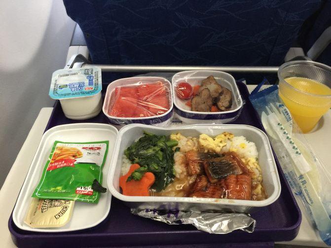 (东航飞机餐,一般,座位不舒服.)
