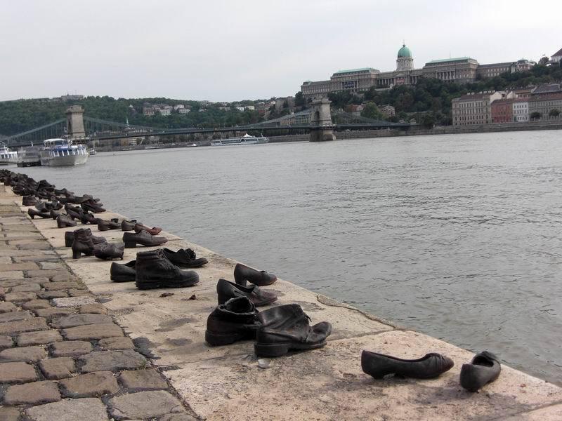 多瑙河畔鞋  Shoes on the Danube   -2
