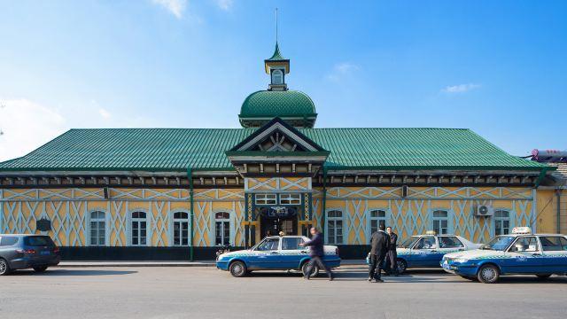 着百余年历史的火车站拥有国内保存最完整的欧式站台