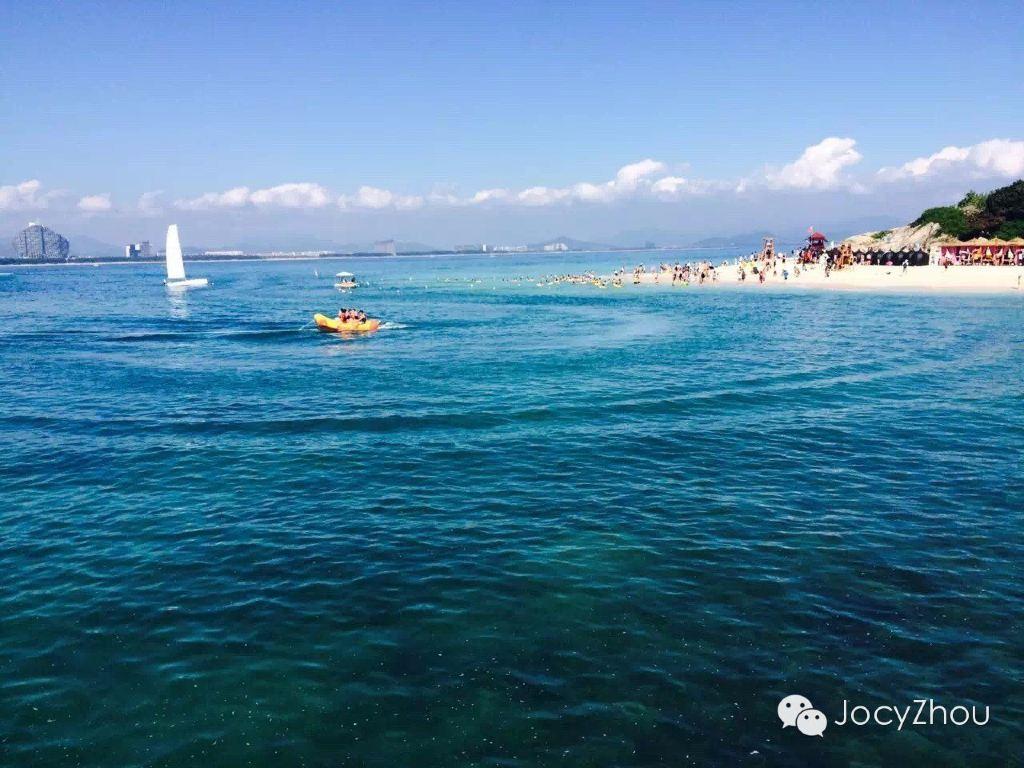 蜈支洲岛需要从海棠湾坐船过去,尽管不是节假日,岛上游人很多.