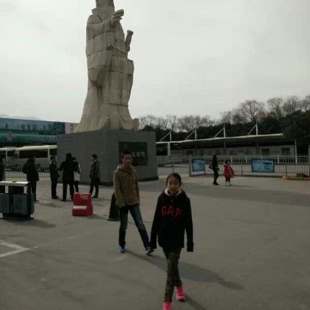 大雁塔南广场的唐僧的雕像