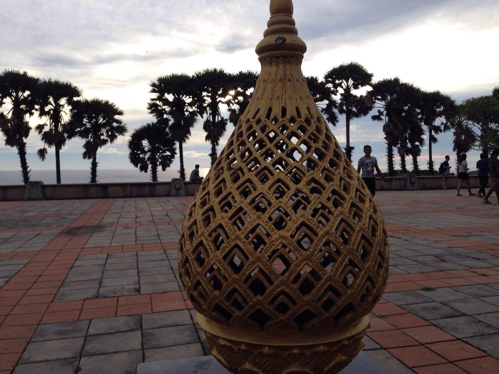 为庆祝泰国九世国王登基而建造的纪念灯塔旁饰物