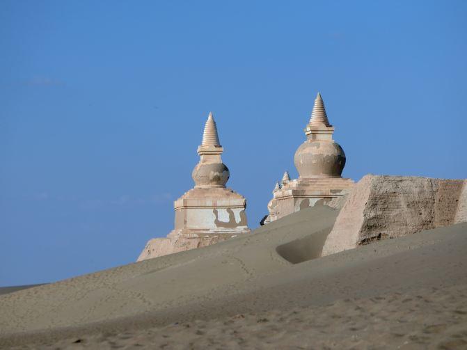 这三座藏传佛教风格的佛塔