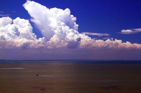 蓝天大海白云心形