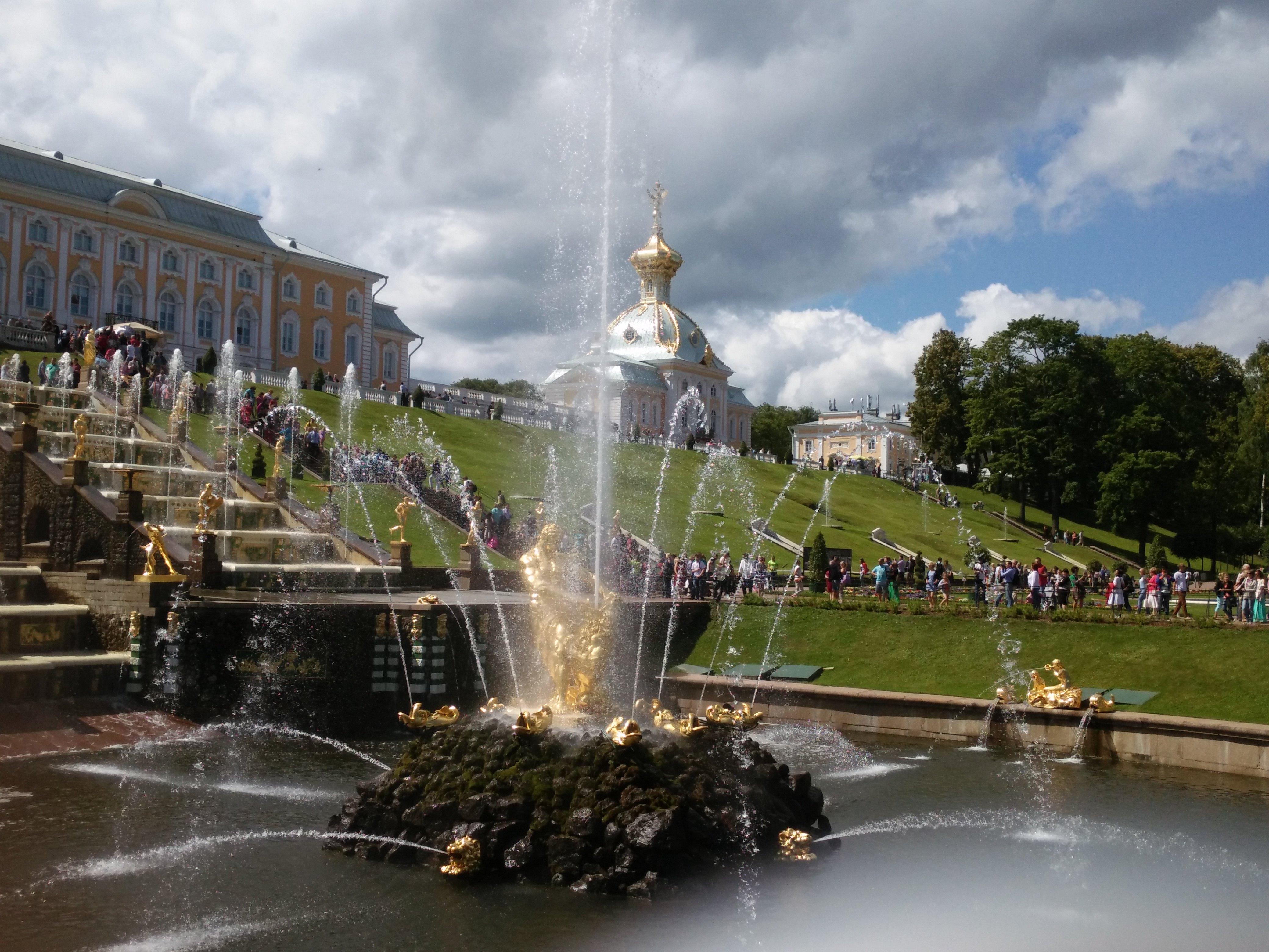 在喷泉群一个大半圆形水池的中央,耸立着高3米,重5吨的大力士参孙和