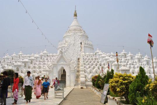 佛塔设计为巨大的白色圆形,拥有7个半圆的平台,其护栏为波浪拱形,象