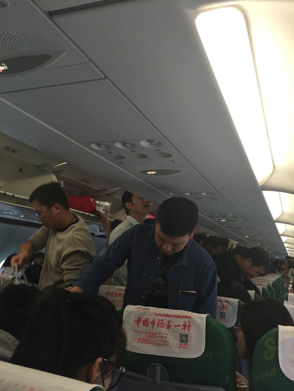 坐在最后一排,,看着这整架飞机的人都是各种免税店袋