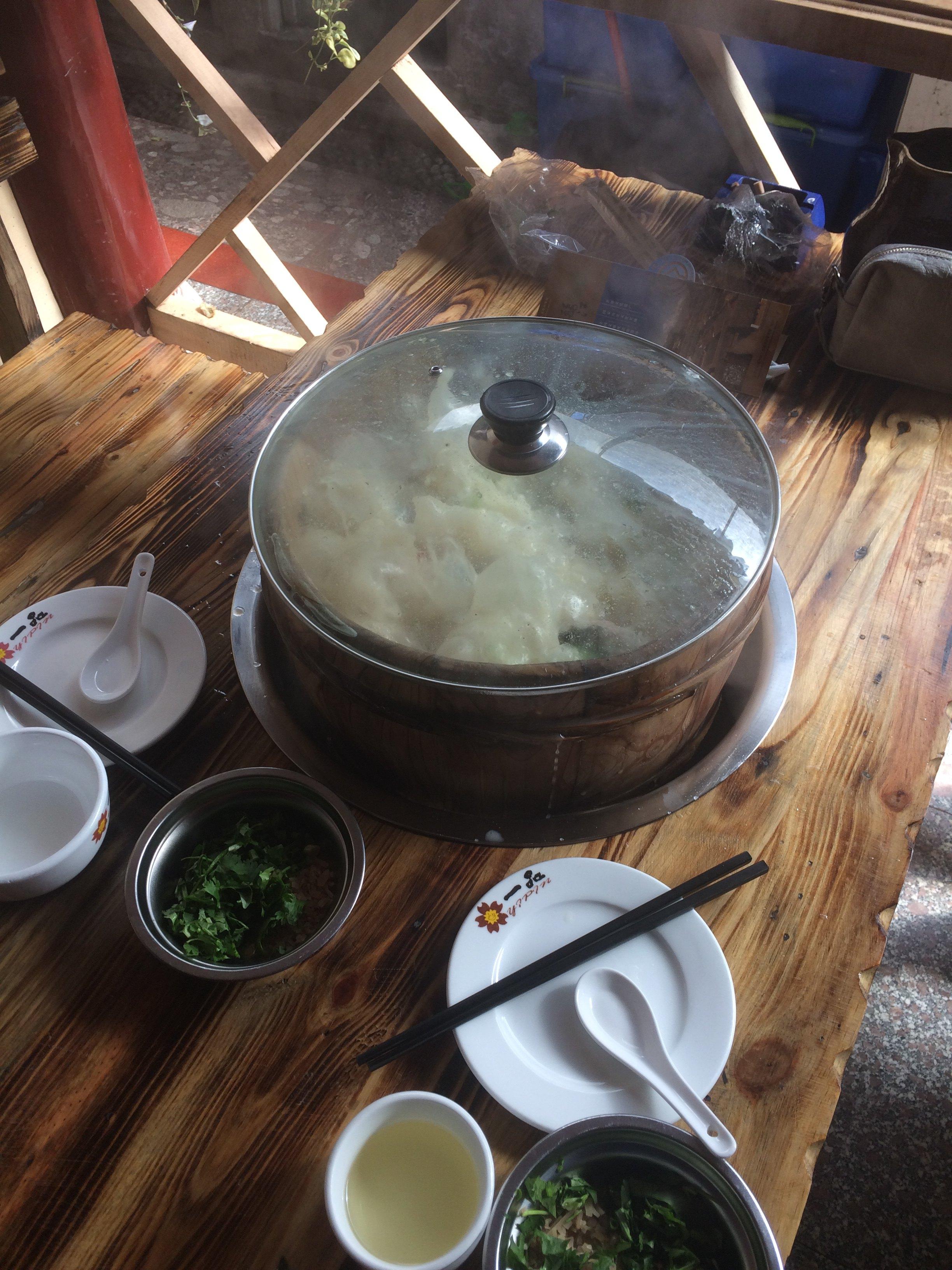 丽江/丽江第一餐:木桶鱼,客栈老板推荐的,特别特别好吃四方街