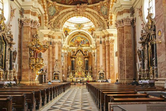 著名的黄金屋顶,霍夫城堡和宫廷教堂,巴洛克式的宫殿和凯旋拱门为图片