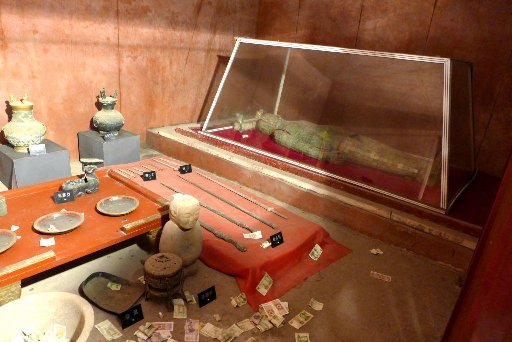 花纹的蟠龙纹壶,乳钉纹壶,一盏铜制羊尊灯,著名的错金博山炉,一些汉代