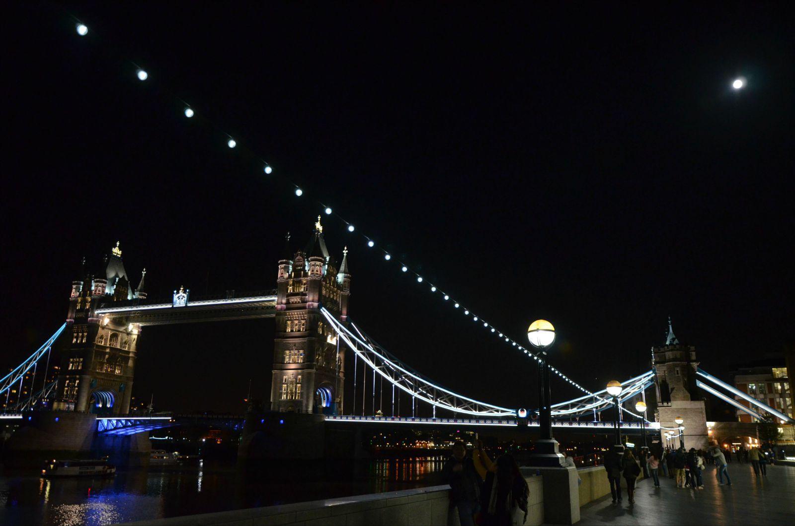 恢弘的伦敦塔桥配上八月十五的月亮