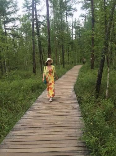 走在林间的小路上,呼吸着新鲜的空气