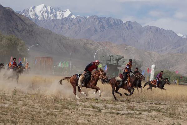 在少数民族旅行中能够参加当地人的婚礼和碰到当地人的节日都是一种很幸运的事情。这次在塔县就邂逅了塔吉克人的婚礼和当地牧民节活动。 塔县,全名塔什库尔干塔吉克自治县,属于喀什管辖的。这里是帕米尔高原,有著名的口岸红其拉普,和巴基斯坦国接壤。