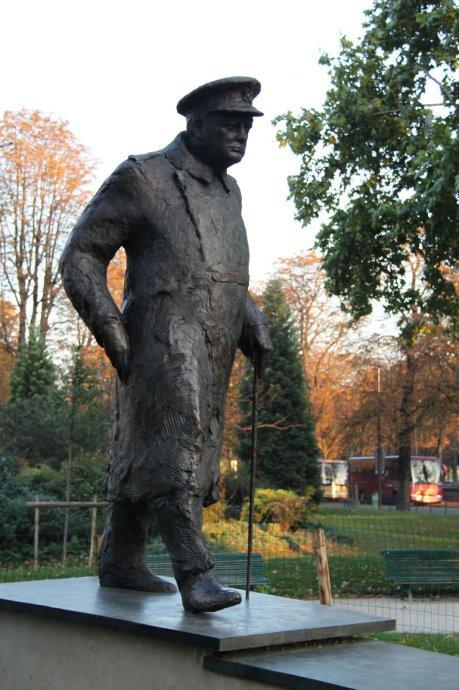 小皇宫前,另一位二战巨头,英国首相丘吉尔,提供了战时法国抵抗运动的