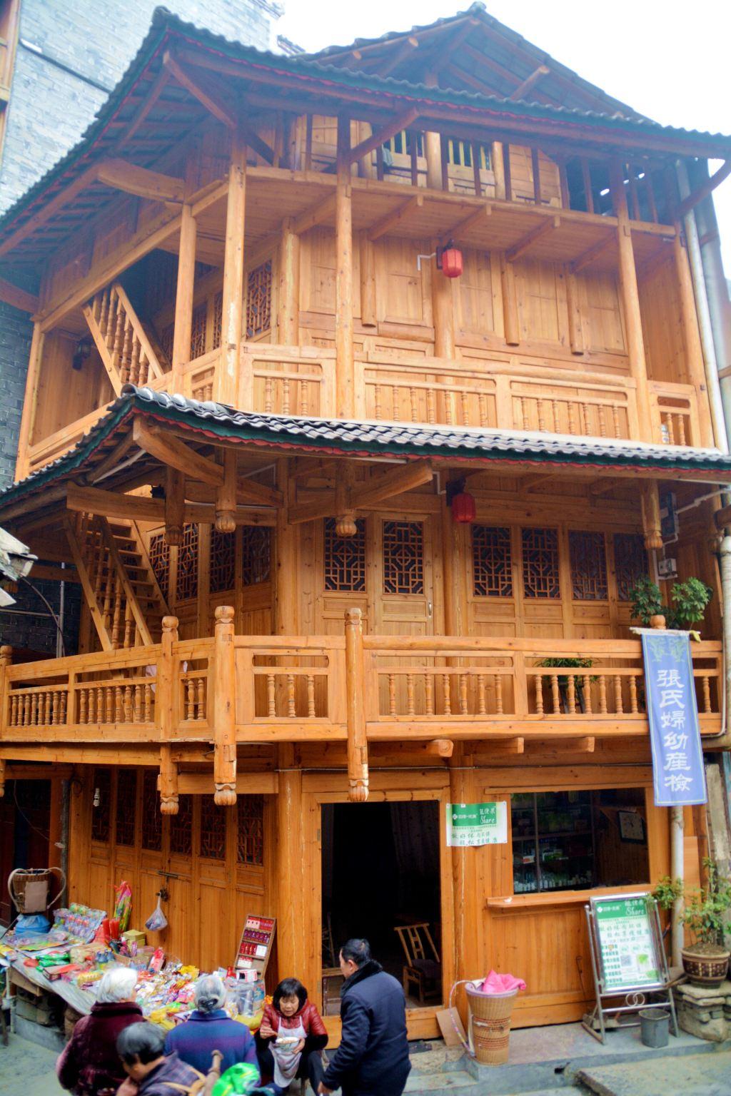 龙潭镇砖木结构的居民房屋鳞次栉比