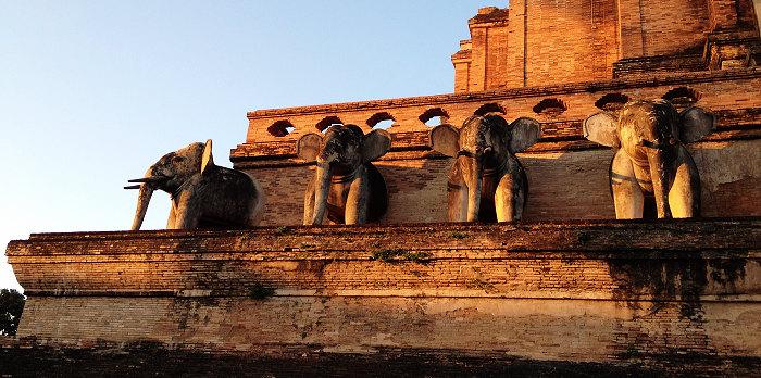 大佛塔寺 塔上的六尊大象躲在阴影里