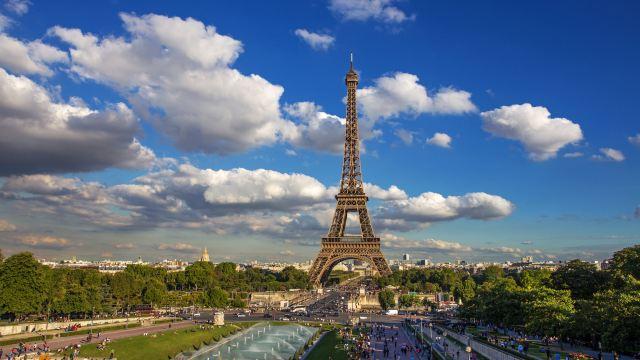 【埃菲尔铁塔:巴黎城市地标】 来到法国,素有城市地标之称的埃菲尔
