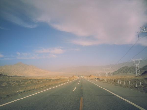 沿途的传输电塔,和两条笔直的公路让人知道这里有