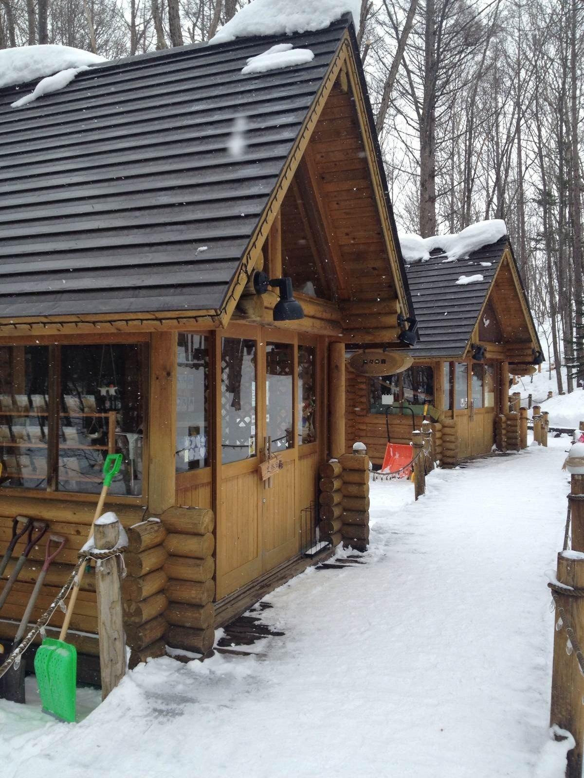 森林中的小木屋 卖各种手工记念品