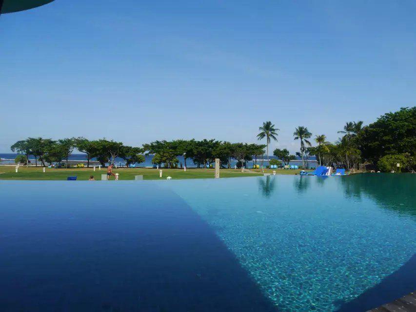 到了巴厘岛已经是晚上了~ 我们订的产品是--巴厘岛6日半自助游(5钻)·探寻蓝梦/香薰SPA/海边五星 貌似是携程找了当地的导游来负责的~我们这个团算是小团~有种私家团的赶脚~一共就六人~ 所以用小面包车来接送我们至酒店~导游一路上就介绍一些巴厘岛的文化给我听~ 第一天住的酒店是努沙杜瓦的美居~感觉房间有点偏小~ 卫生还算是可以的~但是大厅和走廊有点脏~