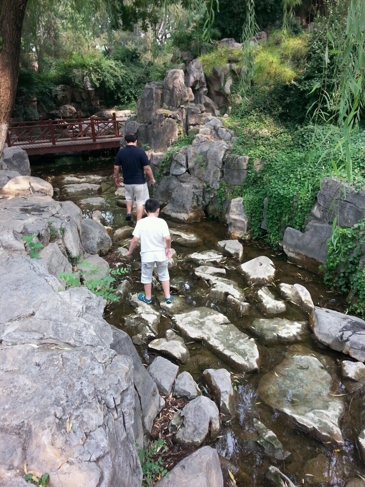 """趵突泉景区 """"趵突泉""""对面就是""""五龙潭"""",两地相近,可以一并游玩."""