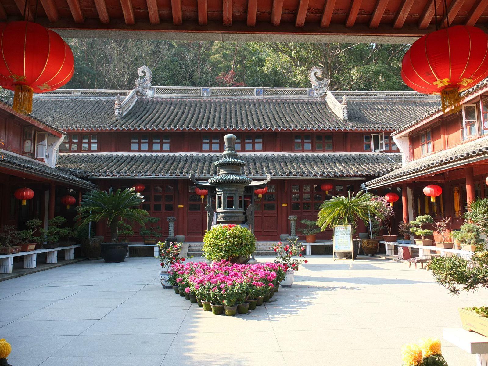 寺前的莲花池,多宝塔