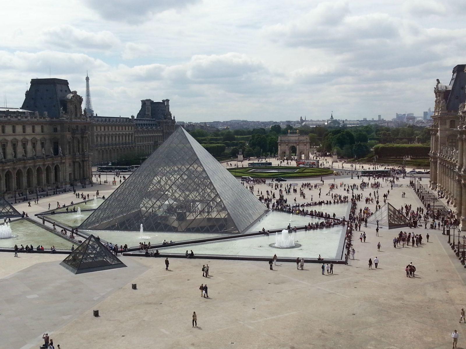 卢浮宫博物馆内俯瞰宫前的金字塔形玻璃入口