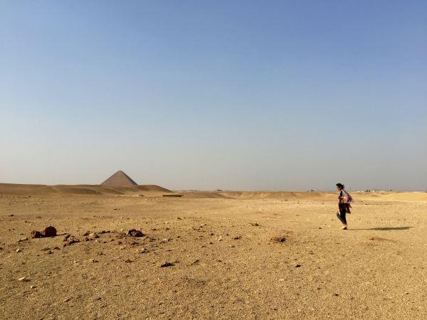走在弯曲金字塔旁,远处就是红色金字塔