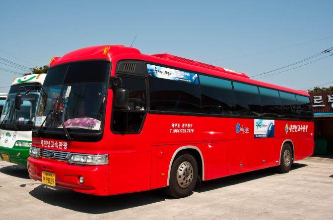 一路跟随我们的红色大巴车