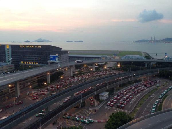 在飞机上填好新加坡的入境卡