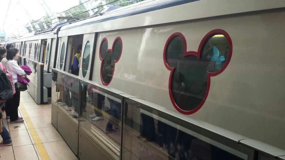 昂坪360,坐纜車、看大佛。地鐵港島線灣仔站至中環站,步行300米左右到東湧線香港站乘至終點站東湧站,中環站到香港站之間距離較遠,但不算出站,不用再買票。網上也有中間轉乘奎灣線可免去這300米步行,但我認為香港站和東湧站都是起點站,方便找到座位,而且這段路線較長,還是不再轉乘的好。出東湧地鐵站對面就是東薈城名品倉暨Outlet,往左走幾步就能看見昂坪360的入口了。售票處在2樓,買票的隊伍已經排到1樓廣場了,還在我網上已經買好來回雙程纜車兌換票,可直接到樓上售票處兌換,不但便宜還省了排隊時間乘。纜車分普通