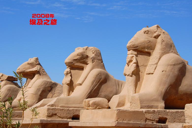 在神庙的石壁上,可见到古埃及人用象形文字刻写的他们的光辉史迹.