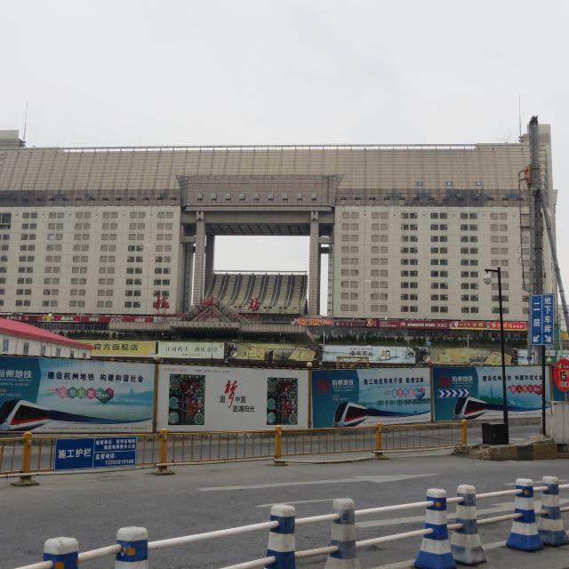 杭州30+游玩交通费50+机场大巴20+回青岛350约=750元