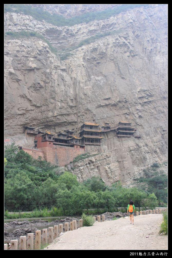 最早打算去山西一游,还是因为集物癖的影响。不知从何时起就伪沉迷于佛教艺术,包括那些佛教故事、经变画、雕刻、造像、洞窟等等。在中国四大石窟中最早去看的是莫高窟,接着是龙门石窟和麦积山石窟,中间还穿插着看了几个有一定历史地位的石窟比如榆林窟、大足石刻、克孜尔千佛洞。其实要区别四大石窟作为世界文化遗产与中国其他石窟的差异,莫不然其一是历史地位,其二是地理位置,不是作为朝代变迁兴佛灭佛的象征点,就是丝绸之路必经的文化交融之地。 为首的莫高窟规模最大,集合了壁画、石窟、造像多种艺术形势,尤其以绚烂多姿的经变画举世无