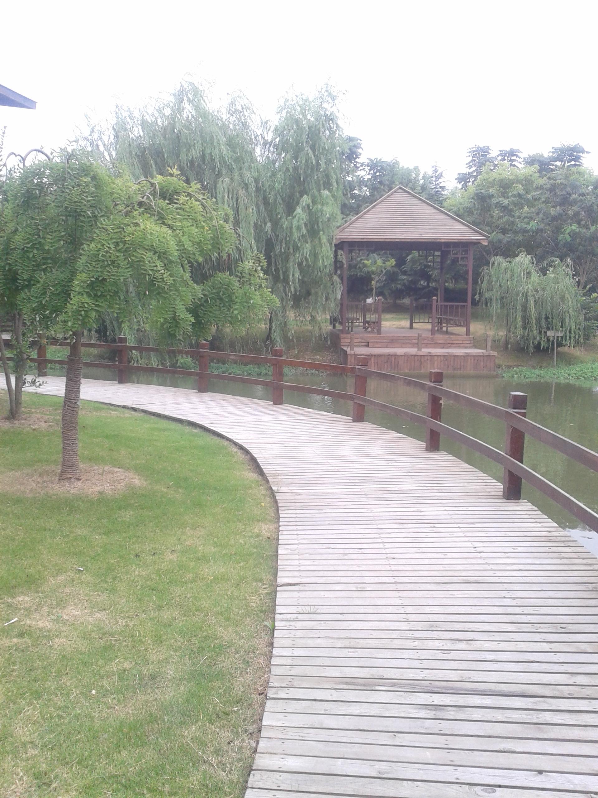 在上海市郊的东川公路上,有个幽静的好去处康明庄园,因为路口实在不起眼,破破的招牌烂烂的路,差点错过,不过进了庄园大门就豁然开朗了,环境不错,有水有桥,有梅花鹿,还有游泳池,地盘很大,绿化很好,布景也美,主要是人还不多,走走逛逛心旷神怡,听说以前还有钓鱼的池塘,现在没有了,不过好大的湖面有好几个哦。里面有住宿,有客房和别墅两种,所谓的小别墅大别墅只是单独的一室一厅和两室一厅,非常心仪那个豪华别墅,有五间房,上下两层,不过只有两套,其中一套超豪华的,据说是老板自己居住的,好在不远处正在新建一排豪华别墅,想必